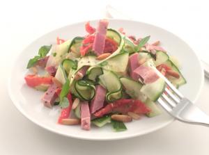 Recette - Allumettes de langue de porc sur une salade de tagliatelles de courgettes au basilic et tomates confites
